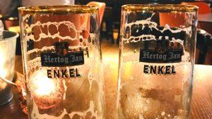 Twee lege bierglazen van Hertog Jan, Enkel
